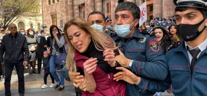 La police arménienne arrête des femmesexigeant la démission de Pashinyan