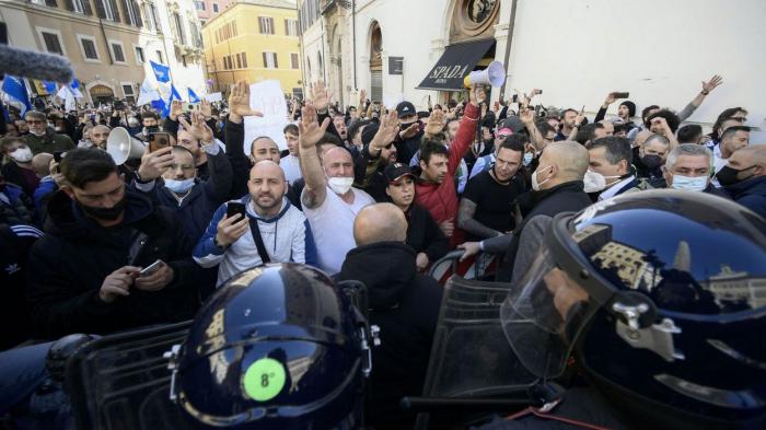 Italie:plusieurs personnes arrêtées lors d'une manifestation contre les mesures anti-Covid