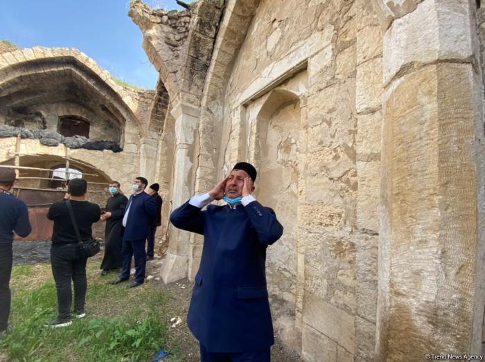 La llamada a la oración se recita en la mezquita Giyasli