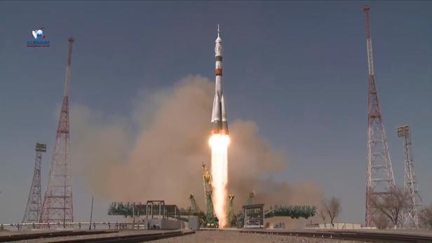 Une fusée Soyouz décolle avec deux cosmonautes russes et un astronaute américainà bord