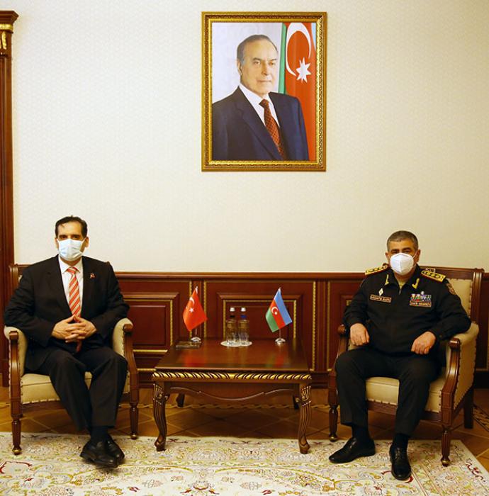El ministro de Defensa azerbaiyano se encuentra con el embajador turco