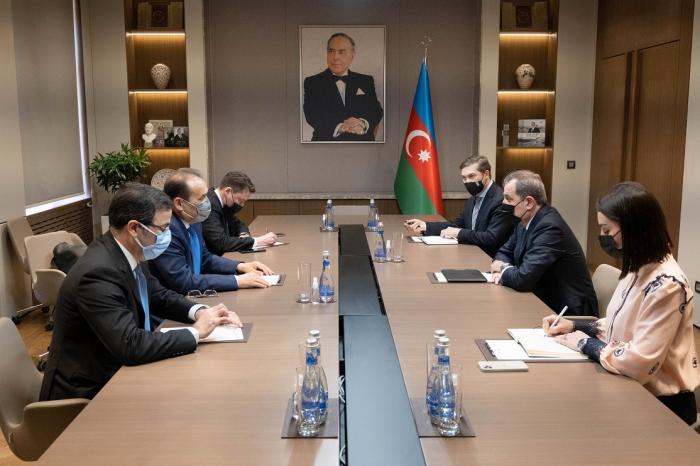 Jeyhun Bayramov se reúne con el Secretario General del Consejo Turco