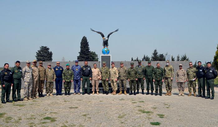 Des attachés militaires visitentune unité militaire de l'Armée de l'air