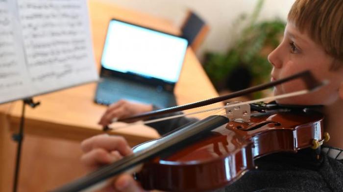 Kinder musizieren vor dem Bildschirm
