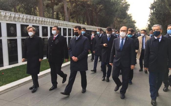 Des responsables du Conseil turcique visitent les allées d'Honneur et des Martyrs à Bakou