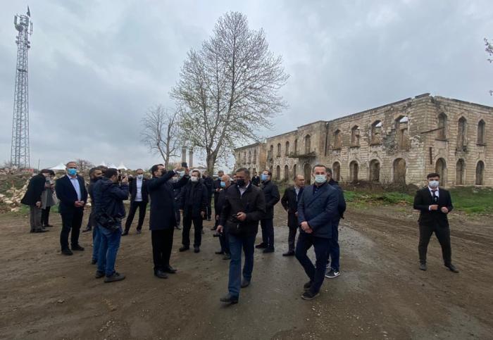 Los funcionarios del Consejo turco observan los restos del Teatro Dramático de Agdam