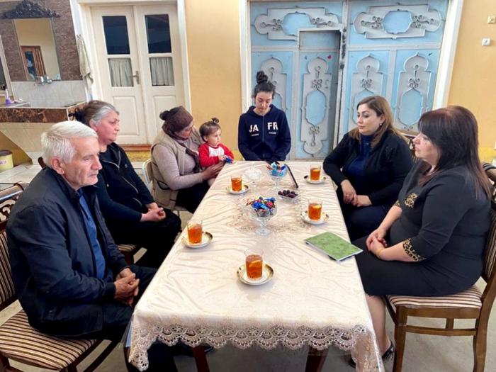 Vertreter des aserbaidschanischen Verteidigungsministeriums treffen sich mit Märtyrerfamilien -   FOTO