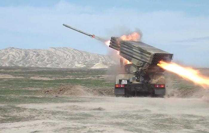 Las baterías de cohetes y artillería lanzan ejercicios de combate -   VIDEO