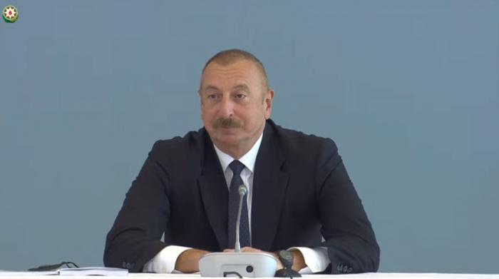 Präsident Ilham Aliyev hält Rede auf der Konferenz an der ADA-Universität