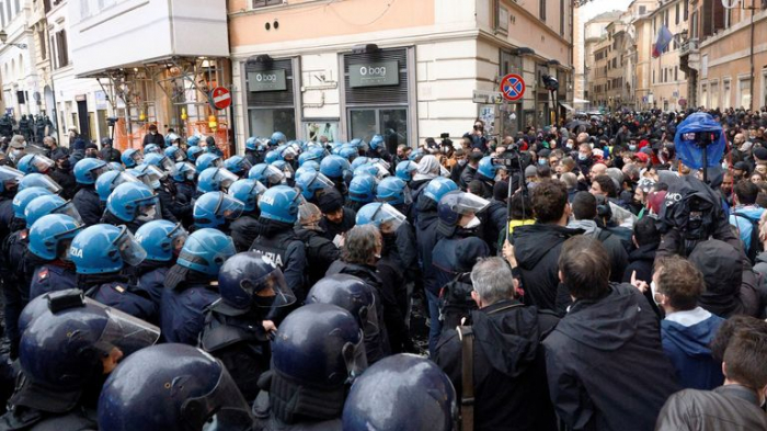 Restaurant owners scuffle with police in Rome lockdown protest -  NO COMMENT