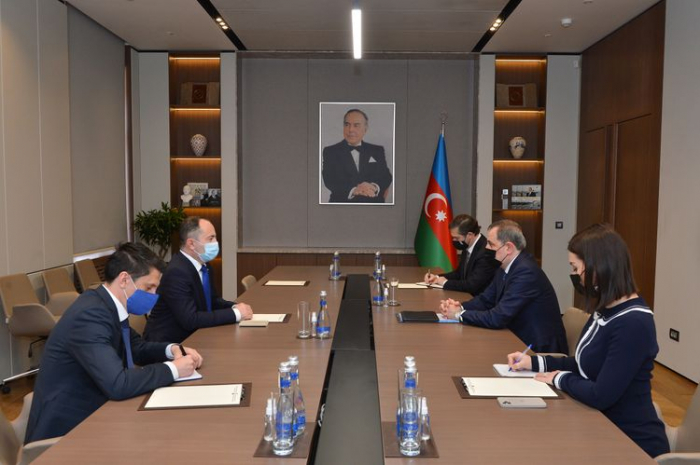 Azerbaijani FM receives outgoing Romanian envoy