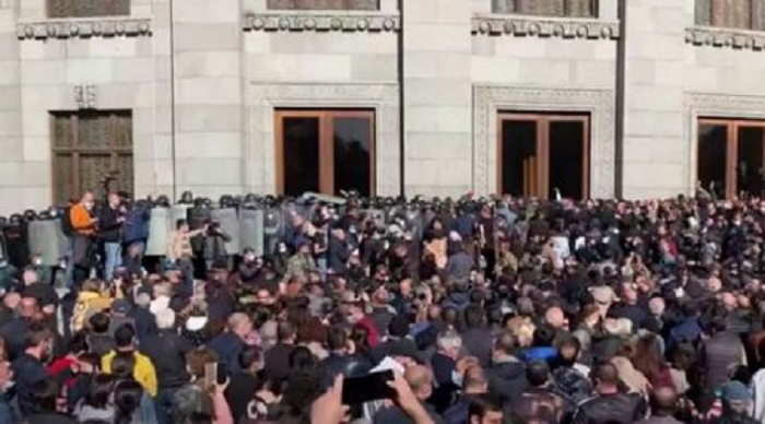 Los armenios protestan frente a la oficina de la ONU