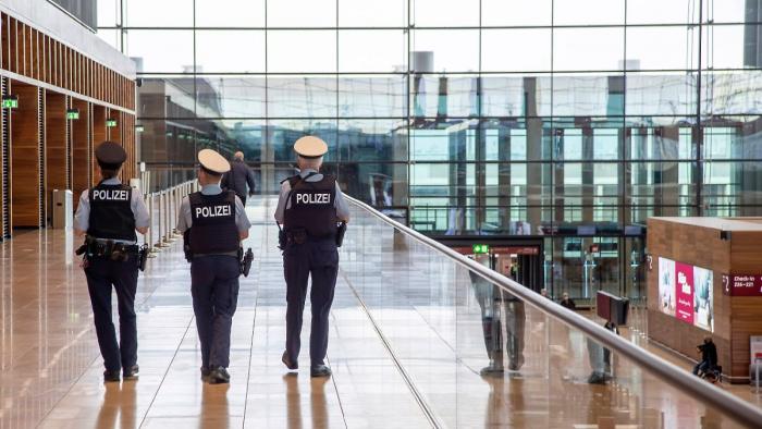 Polizei fasst per Haftbefehl Gesuchte bei Maskenkontrolle