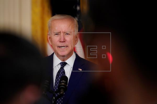 Biden sanciona a Rusia y expulsa a diplomáticos, pero tiende la mano a Putin