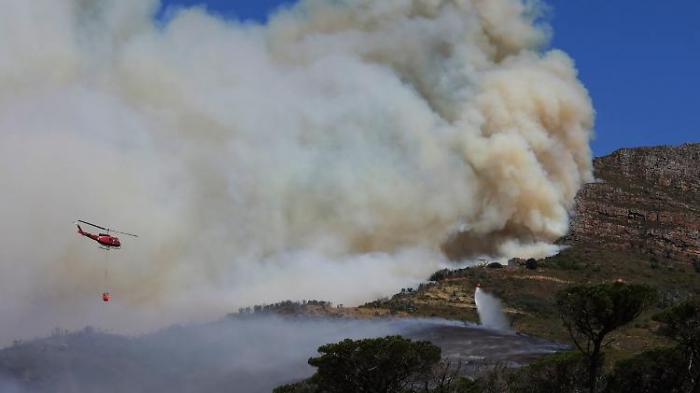 Feuer verwüstet Tafelberg in Südafrika