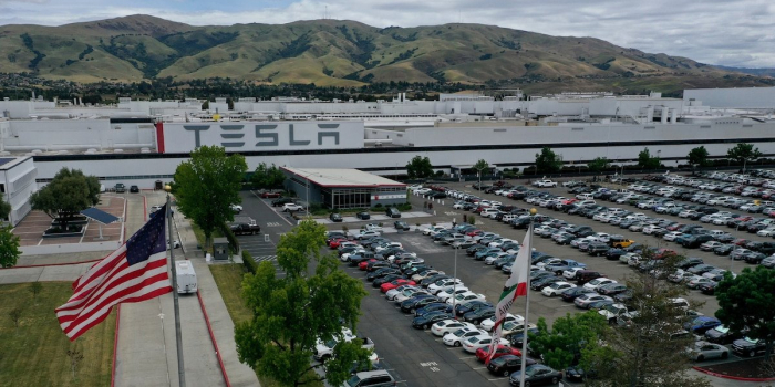 Tesla-Auto ohne Fahrer kracht gegen Baum – beide Insassen tot