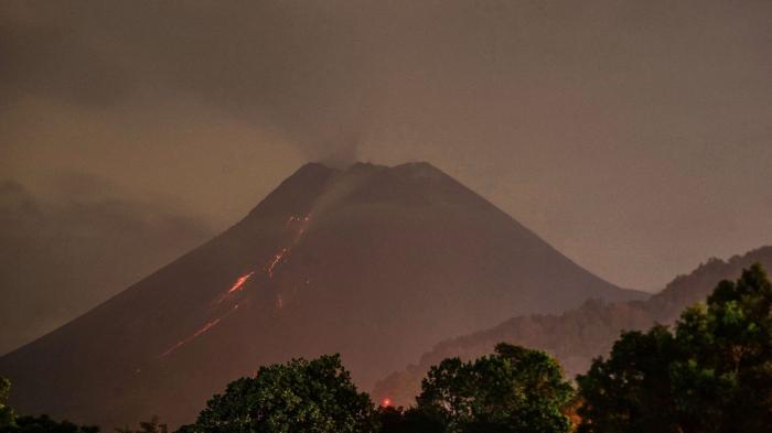 Le volcan Merapi en Indonésie entre de nouveau en éruption
