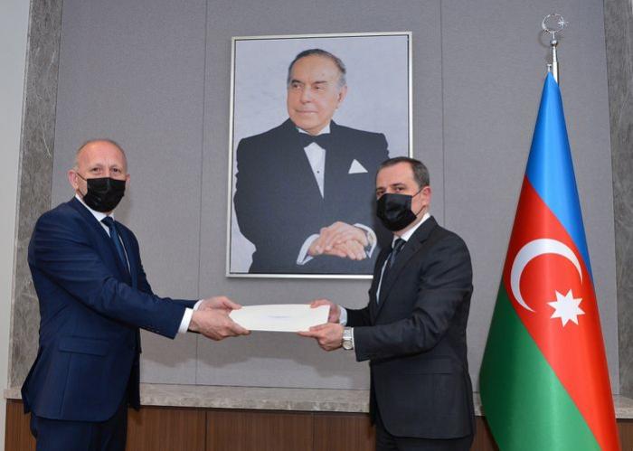 Nazir Serbiyanın yeni səfirinin etimadnaməsini qəbul edib