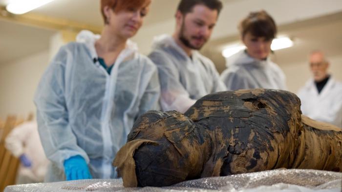 Encuentran la primera momia antigua de una mujer embarazada con un feto de unas 30 semanas