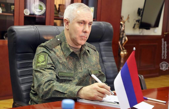 Erməni generaldan Rusiya bayrağına hörmətsizlik -  FOTO