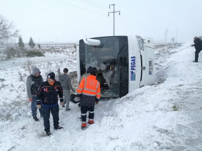 Un muerto y 26 heridos al volcar un autobús turístico en Turquía