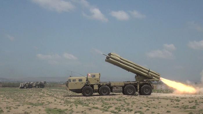 Les batteries de roquettes et d'artillerie de l'Azerbaïdjan effectuent des exercices tactiques à tir réel -  VIDEO