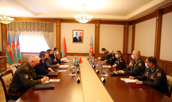 Fue abordada la cooperación militar entre Azerbaiyán y Belarús