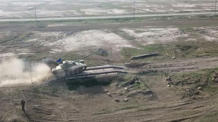 وحدات الدبابات تجري إطلاق النار القتالي - فيديو