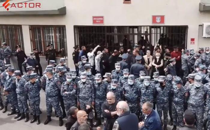 İrəvanda polislər Dəmirçyan küçəsini bağlayıb