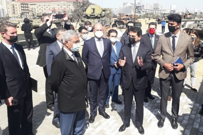Des représentants des principaux groupes de réflexion visitent le Parc des butins de guerre à Bakou