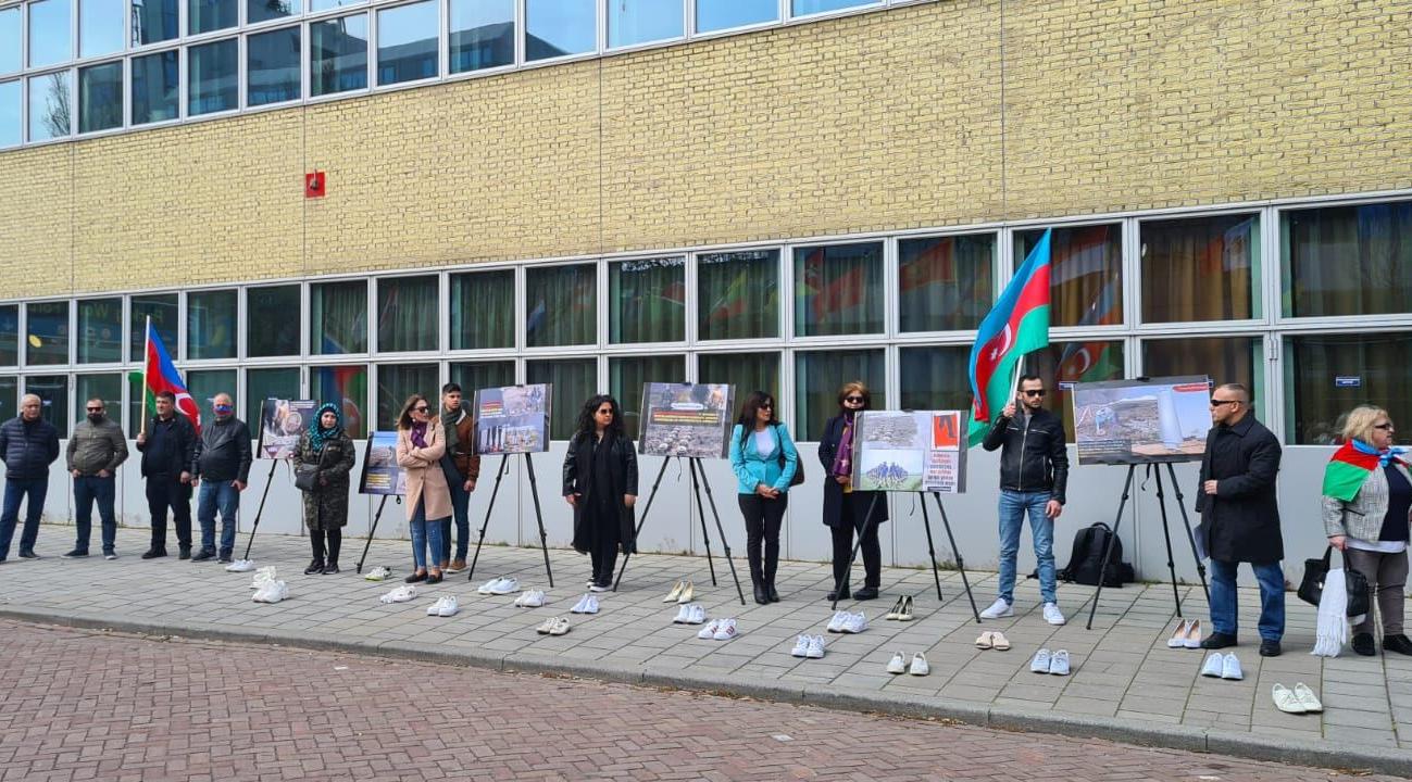"""Niderlandda """"Sahibsiz ağ ayaqqabılar"""" aksiyası -  FOTO"""