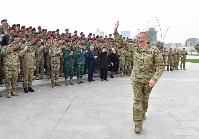 El Presidente Ilham Aliyev se reunió con los militares premiados -  FOTOS