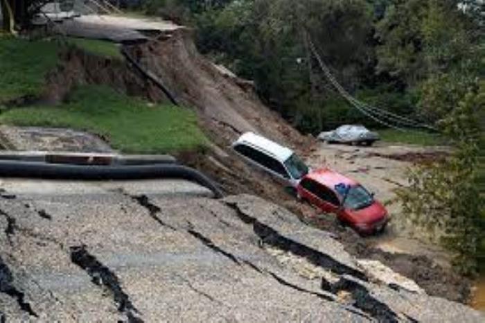 Çində torpaq sürüşməsi:  Bir neçə bina dağıldı