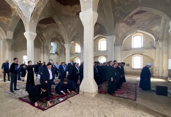 Chairman of CMO performs prayer in Aghdam Juma Mosque