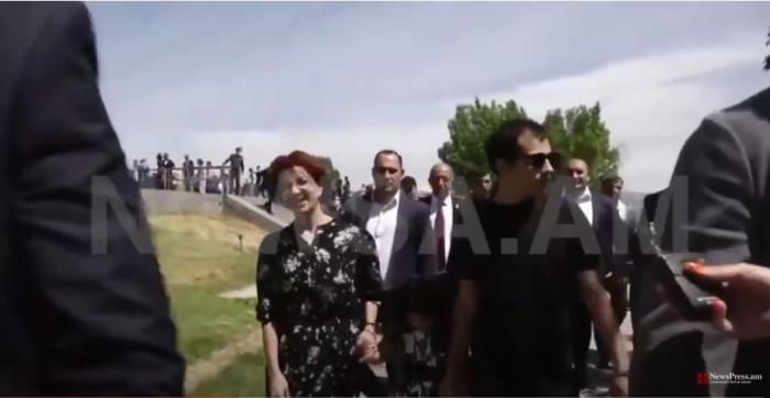 """Paşinyanın arvadı """"soyqırımı"""" kompleksini gülərək gəzdi -  VİDEO"""