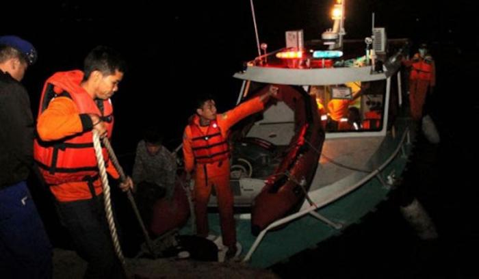 Balıqçı qayığı gəmi ilə toqquşdu -  17 nəfər itkin düşdü