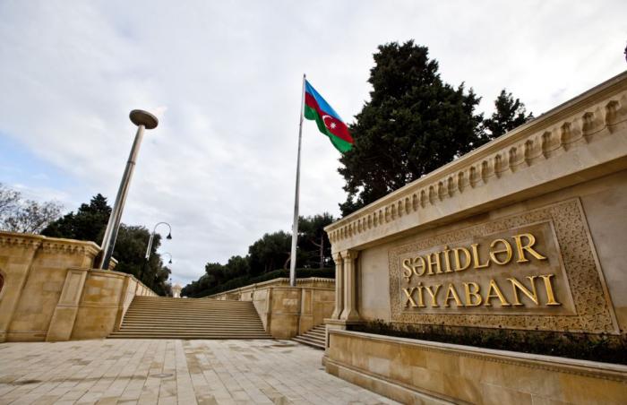 Le nouvel ambassadeur de Turquie a visité des Allées d'Honneur et des Martyrs à Bakou