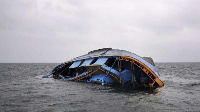 Göyərtəsində 160 nəfər olan gəmi çevrildi