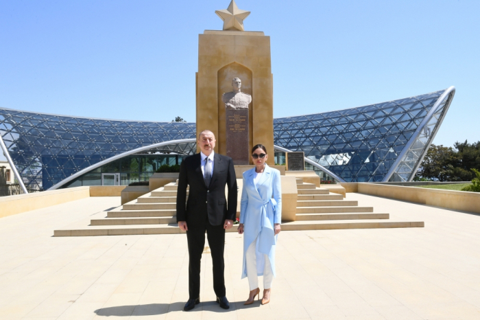 Le président Ilham Aliyev et Mehriban Aliyeva ont visité la tombe d