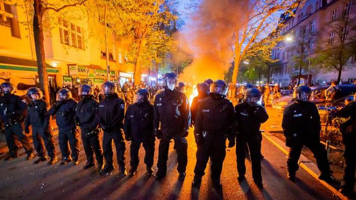 Demos am 1. Mai enden in Gewalt