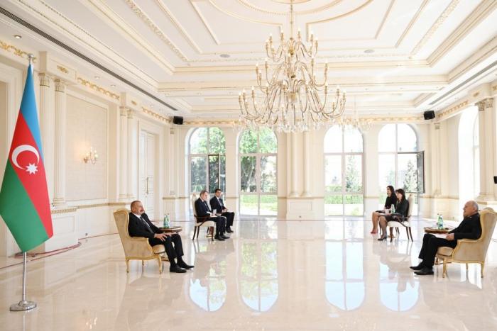 Aserbaidschanischer Präsident erhält die Beglaubigungsschreibendes ankommenden serbischen Botschafters