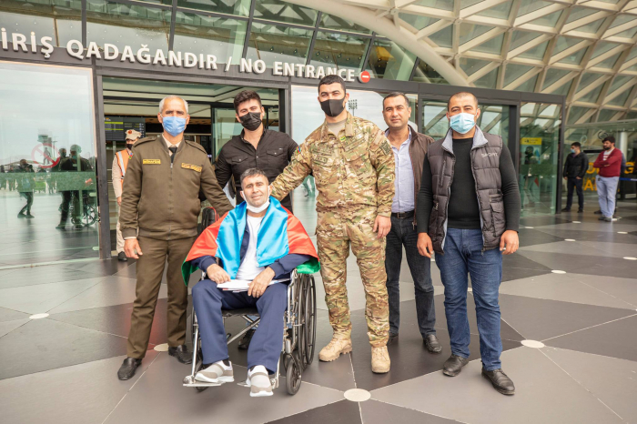 Zwei weitere aserbaidschanische Kriegsveteranen kehren nach einer Behandlung in der Türkei nach Hause zurück