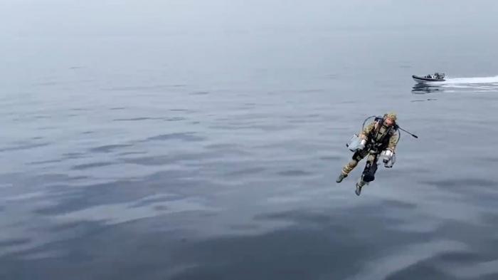 """El video que muestra a marines británicos probando """"jetpacks"""" voladores en una operación militar futurista"""