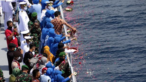 Des bateaux de la marine chinoise aident l