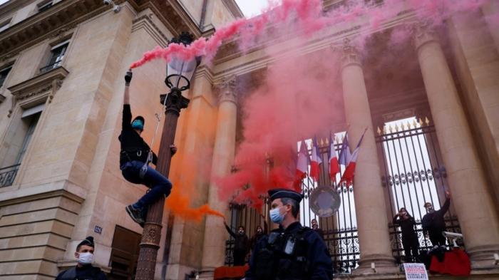 Extinction Rebellion activists protest at French parliament -  NO COMMENT
