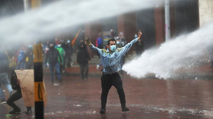 Demonstrierende greifen Kongress in Bogotá an