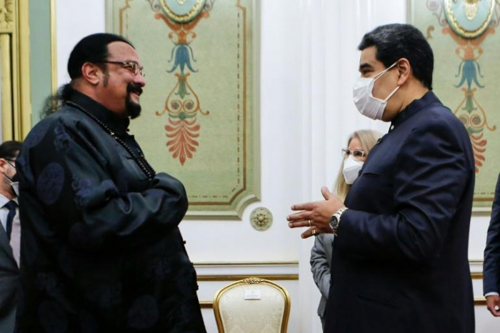Venezuelas Präsident Maduro erhält Samurai-Schwertgeschenk von Steven Seagal