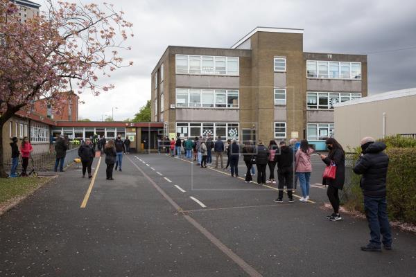 Cierran los colegios electorales en las municipales y regionales británicas