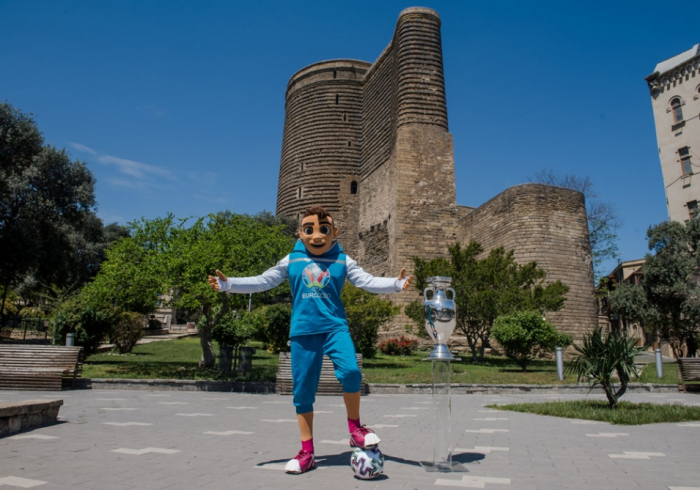 EURO2020:   El viaje del trofeo en Bakú - FOTOS