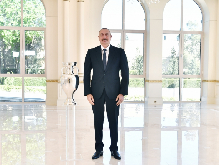 Aserbaidschanischer Präsident überreicht EURO 2020-Pokal